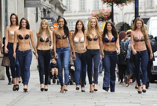 As modelos desfilaram o novo sutiã da marca InvisiBra by Lavalia pelas ruas londrinas