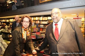 Noite de autógrafos do jornalista Jorge Bastos Moreno reúne inteligência carioca