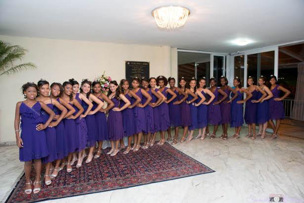 As Debutantes de vestidos curtos recebendo os convidados