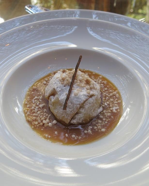A torta folheada de pera com calda de doce de leite e tapioca