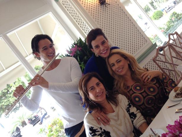Alice Tamborindeguy, Ariadne Coelho , Narcisa Tamborindeguy e o musico Eduardo Rosa