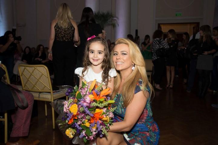 Maria Saucha entrega o bouquet para Ariadne Coelho
