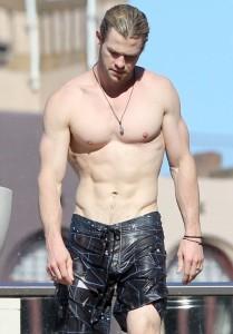 Chris Hemsworth durante as filmagens de Thor