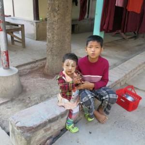 crianças no monastério em Mandalay