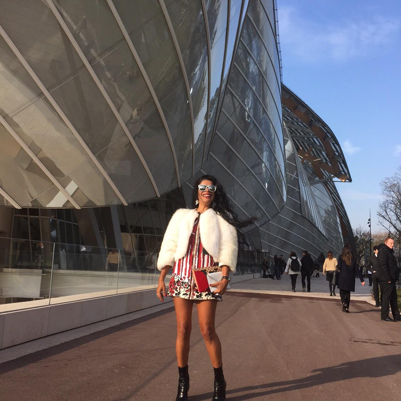 Elsaine Von Blanckenhagen arrasa no seu look para o desfile Louis Vuitton hoje em Paris