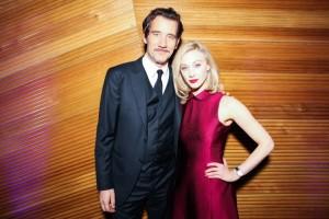Os atores Clive Owen e Sarah Gadon na inauguração da loja Jagger la Coulture em Nova York