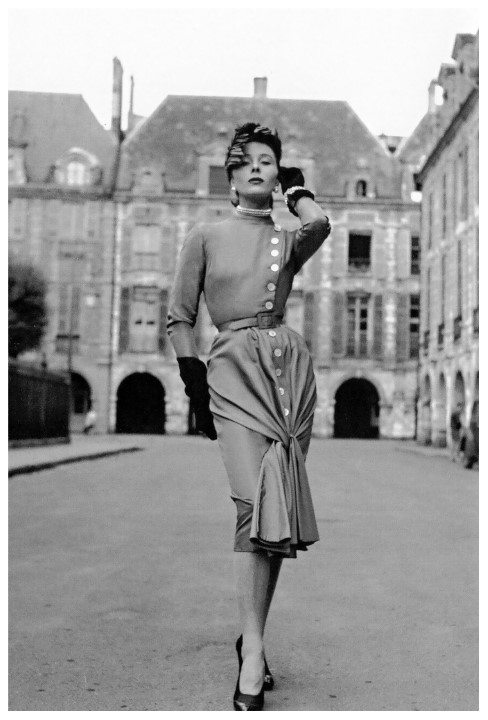 "Bettina Graziani a ""Rainha de Paris"" vestindo um robe Jacques Fath na Place de Vosges"