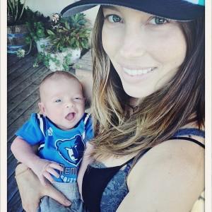 Jessica Biel com seu baby de poucos dias o Silas Randall Timberlake