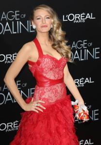 Blake Lively de vermelho na estreia de The Age of Adeline