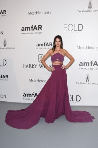 Kendall Jenner no anfAR Cannes 2015 de Clavin Klein