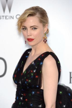 A atriz Melissa George arrasou no red carpet do baile anfAR em Cannes usando joias H.Stern e look Schiaparelli Haute Couture
