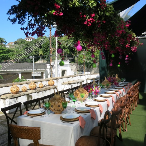 Mesas compridas para as familias dos noivos