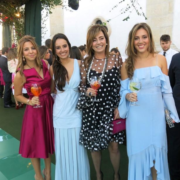 Paulas Barcellos e as filhas Gabriela e Florença e uma amiga