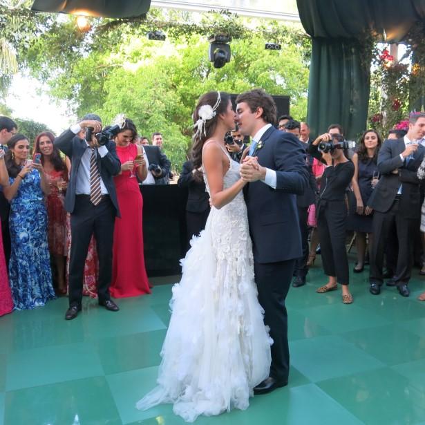 Os noivos dançando