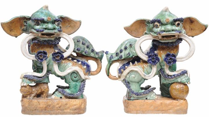 Raríssimo casal de Cães de Fó em tons de verde, azul, branco e ocre. China - século XVIII. 47 x 20 cm.