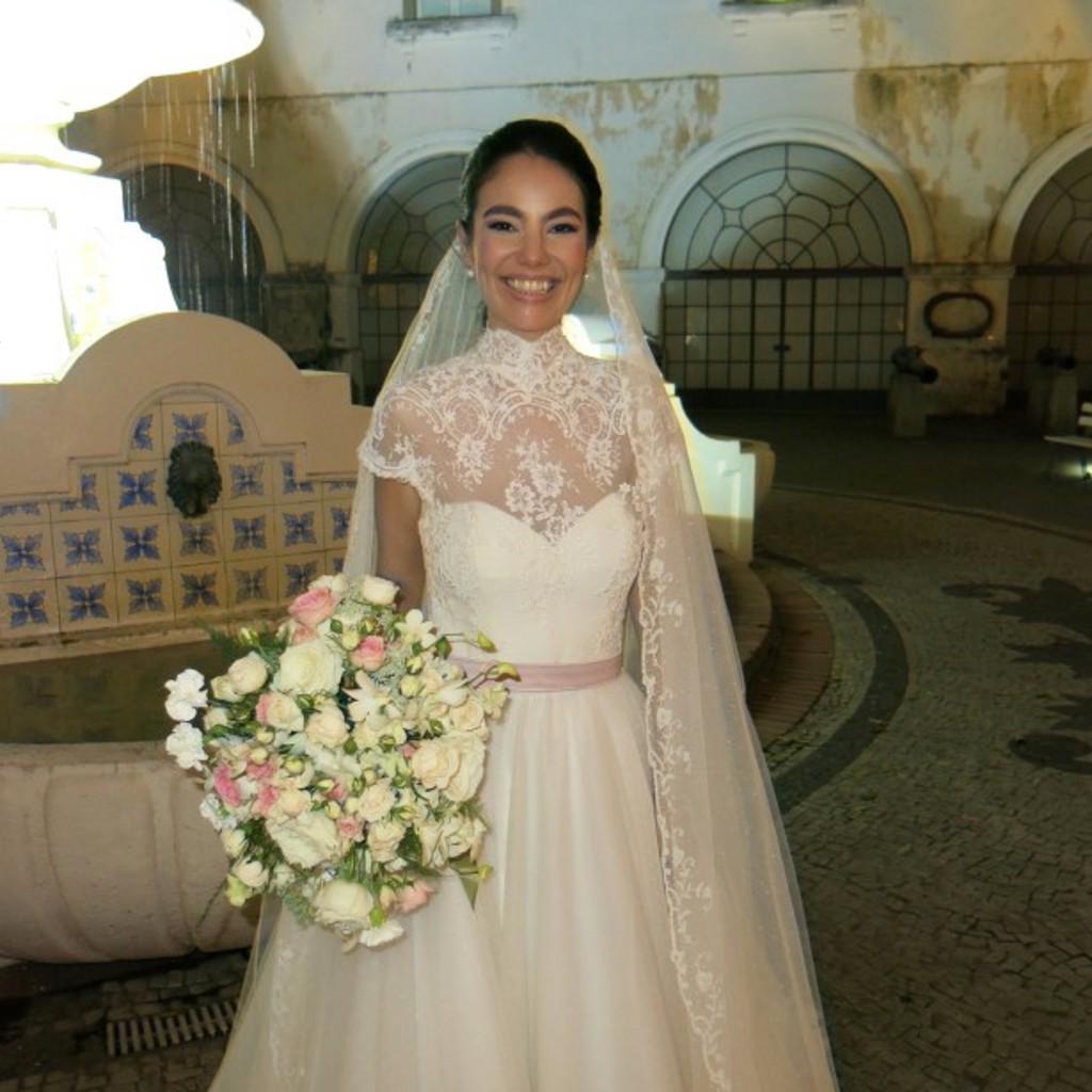 Mamuela Müller com lindo vestido de noiva de Guilherme Guimarães