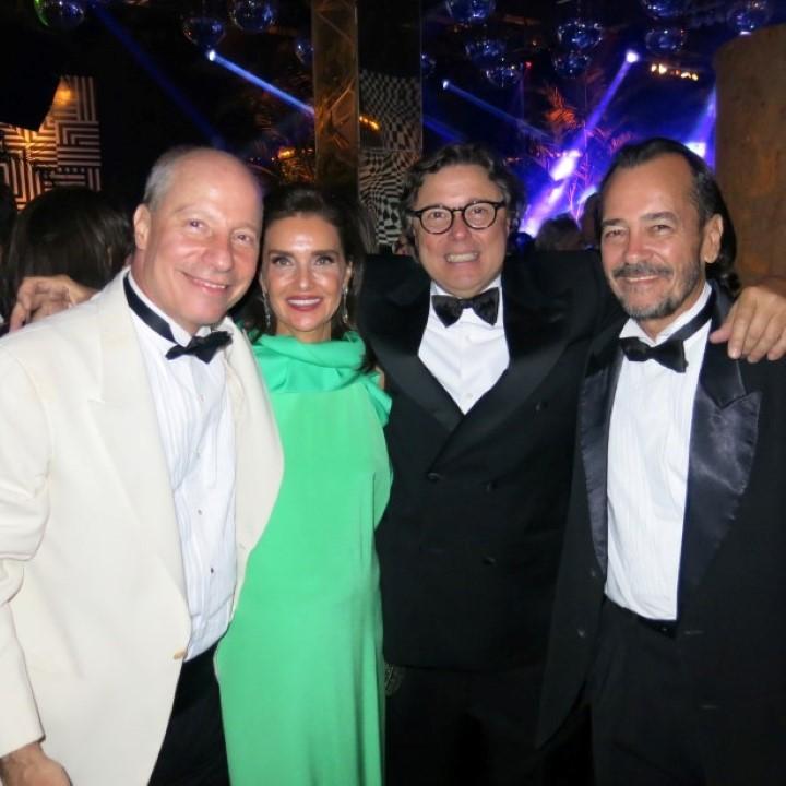 De summer branco de Francisco Mussnich recebeu seus convidados para a melhor festa do ano.