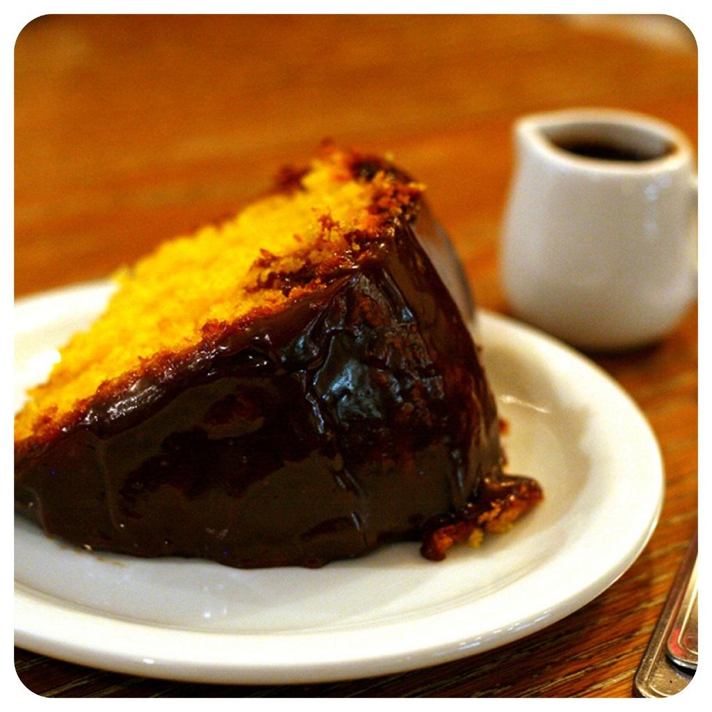 O bolo de cenoura e calda de choclate do Le Petit Café um must em Ipanema