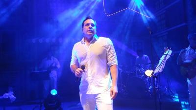 O cantor e ator Daniel Boaventura faz o show da virada no Yacht Clube de Salvador