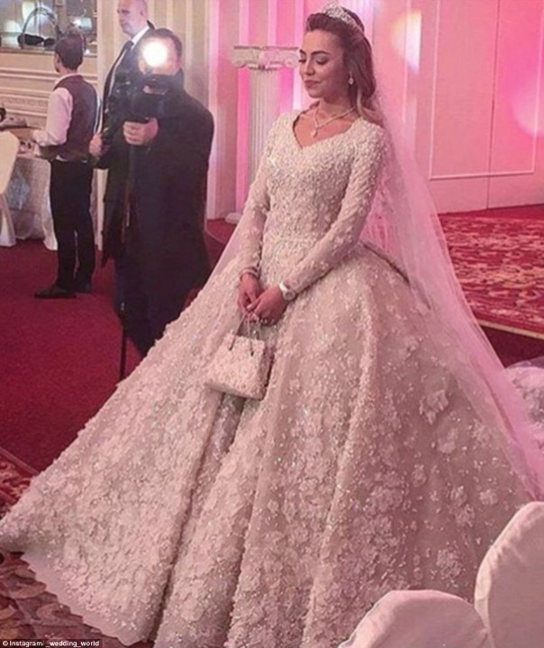Vejam o detalhe da bolsa com o vestido de noiva