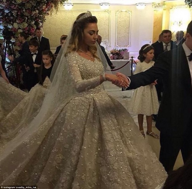 32A7142200000578-3514779-Khadija_s_dress_was_imported_from_Paris_and_reportedly_weighed_2-a-10_1459301110772 (Custom)