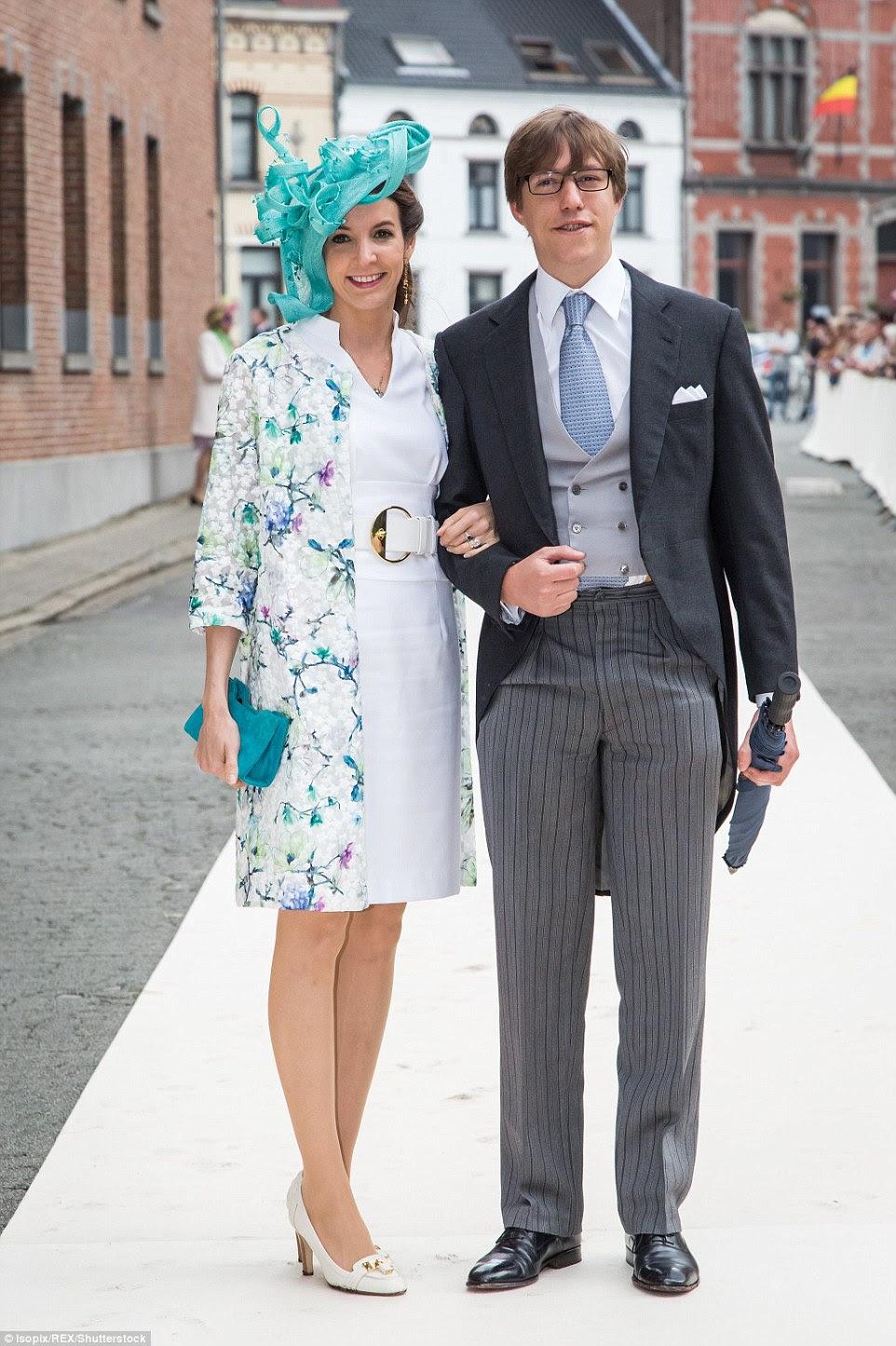 Principe  Louis de Luxemburgo e Princesa Tessy posam no tapete branco na rua
