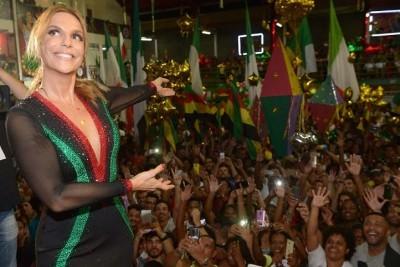 IVETE SANGALO NA QUADRA DA GRANDE RIO ÁS 6 DA MANHÃ NA MAIOR ALEGRIA