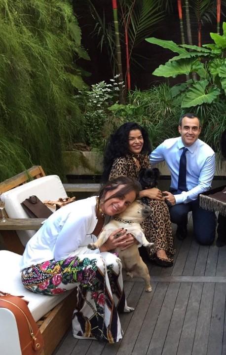 Flavia Magalhães Pinto com seu pet Arthur e Elsaine com Louis e o engravatado Marcelo Fernandes