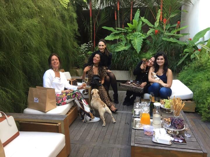 Mel Nunes e Carol, a Flavia e as pets Chanel e Carlota
