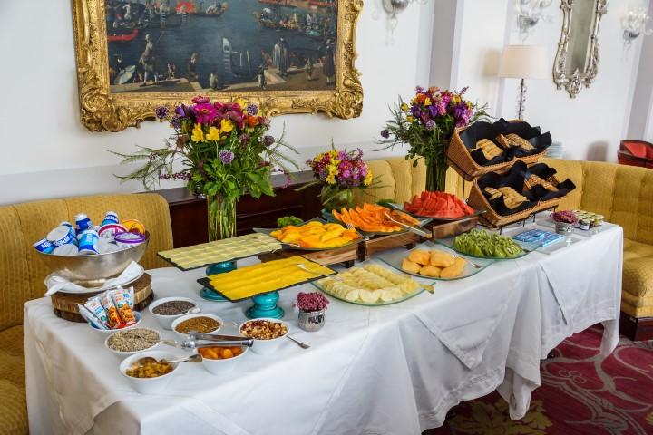 Mesa de frutas e café da manhã Foto André Maceira