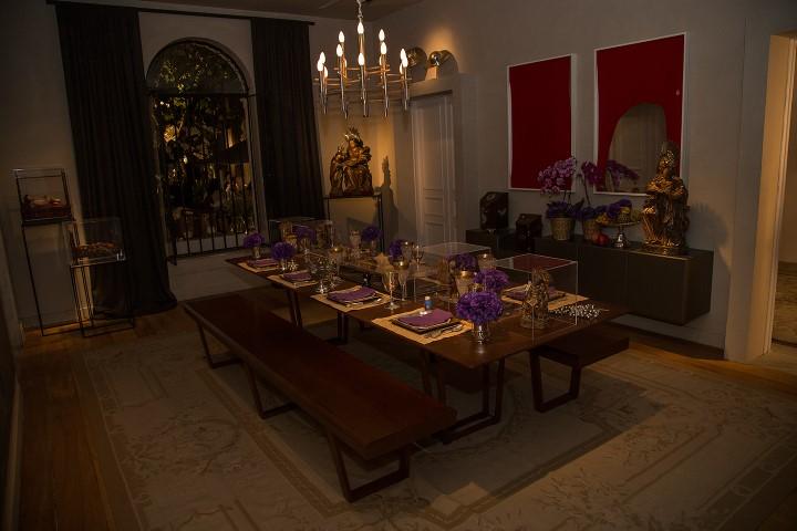 Mesa de jantar com intervenção do colecionador Antonio Neves da Rocha