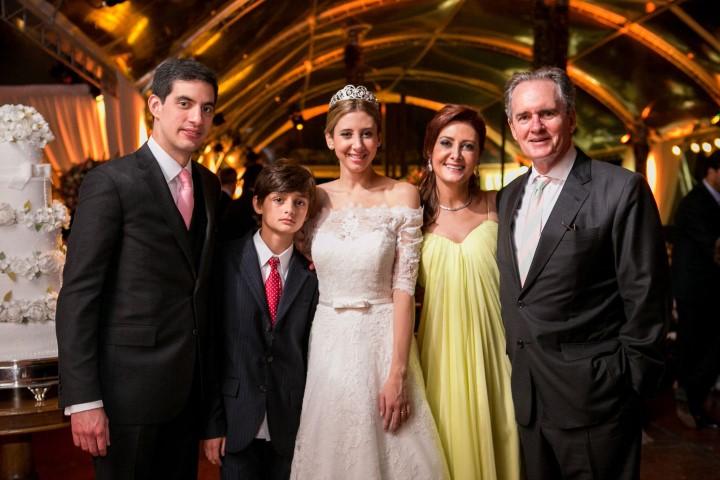Viviane de Araújo Lima (num lindíssimo vestido amarelo Alexander McQueen) e Stephen Hood e os noivos Thalita Araujo Lima e Jorge Tirado e o irmão da noiva Anthonny Hood