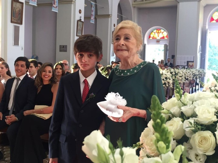 O irmão da noiva, Anthony Hood e a avó Maria Amelia de Araujo Lima levando as alianças