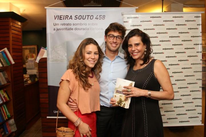 Catharina Gerdau com a mãe Narcisa Tamborindeguy e o namorado e autor do livro Lui TPS