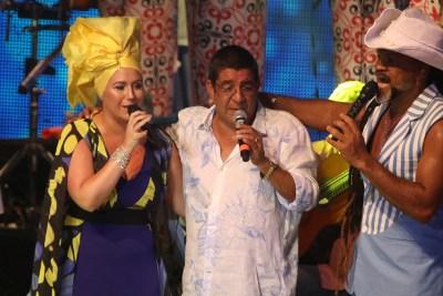 Carlinhos Brown dá seu grito de carnaval e no camarote Regina Casé e Estevão Ciavatta