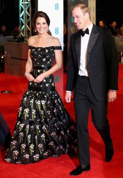 A Duquesa de Cambridge Kate e o Principe Willian aparecem no tapete vermelho do BAFTA em Londres