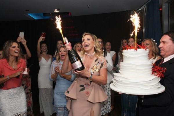 Nina Kauffmann arma Tarde Caribenha e celebra seu aniversário no Le Club