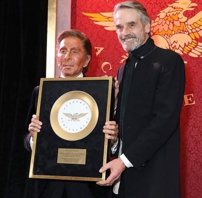 Valentino Garavani é homenageado com Golden Plate Award da American Academy of Achievement em Londres