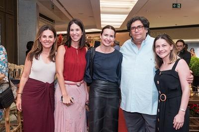 Antônio Neves da Rocha arma a decoração natalina do Rio Design Leblon