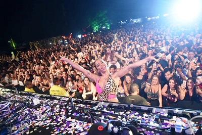 Anitta faz surpresa e aparece na festa Esbórnia faz show e ainda brinca de DJ
