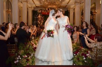 As noivas Priscila Raab e Roberta Gradel trocam alianças em uma tradicional cerimônia no Belmond Copacabana Palace
