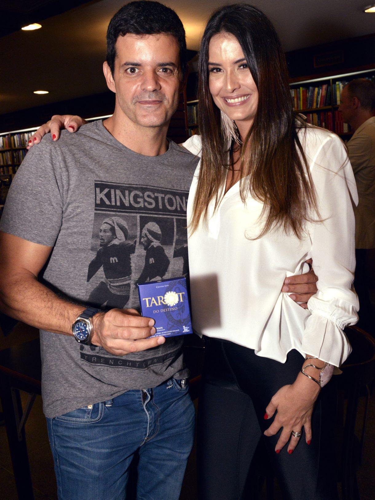 """Cristina Lyra lança seu livro """"Tarot do Destino"""" na Livraria Argumento no Leblon"""