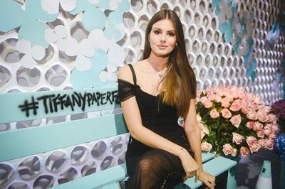 Camila Queiroz é a presença vip na inauguração da Tiffany & Co no Shopping JK Iguatemi