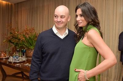 Mariana e Zeco Auriemo receber para jantar elegante em tono do time da AQUAZURRA