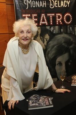 """Monah Delacy com quase 90 anos lança livro """"Introdução ao teatro"""" no Teatro Oi Casa Grande"""