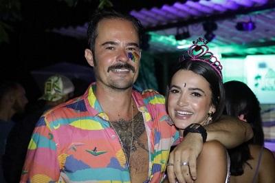 Paulinho Vilhena e Manu Gavassi celebram aniversário em Fernando de Noronha