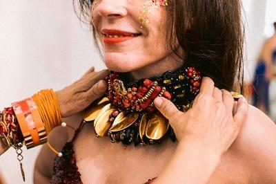 Marta Macedo apresenta nova coleção de fantasias para o carnaval no clima de sambinha carioca