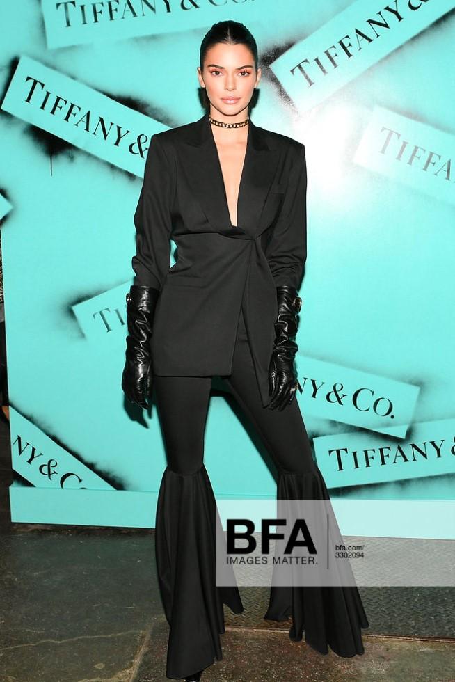 Kendall Jenner aparece na noite de Nova York na expo da Tiffany & Co.