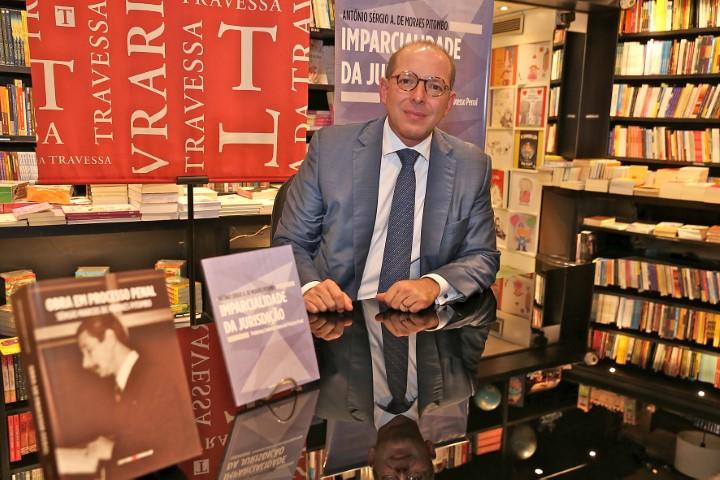 O advogado criminalista Antônio Pitombo lança livro na Travessa do Shopping Leblon