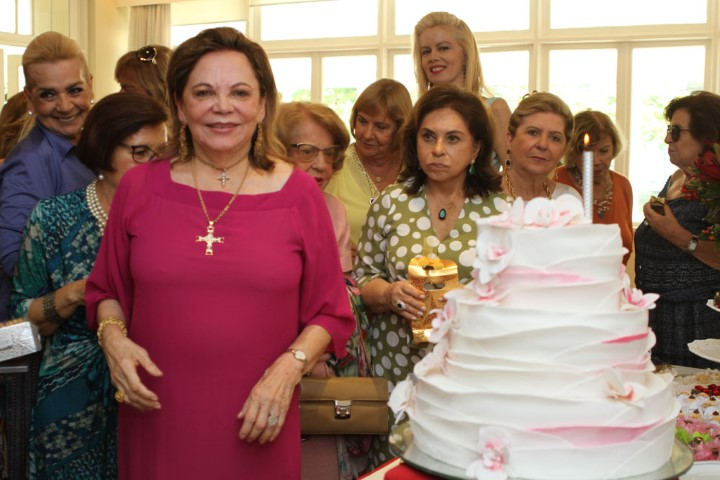 Adelina Bittencourt arma aniversário no Country Club